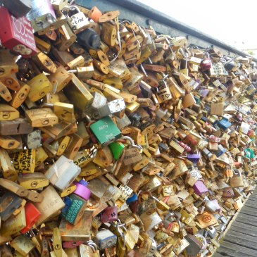 Extreme Paris love locks overcrowded problem pont neuf